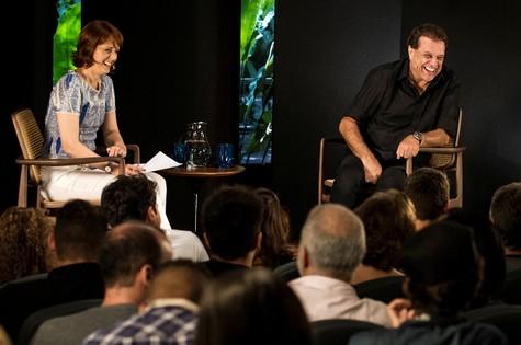 Bianca Ramoneda entrevista Dennis Carvalho (Foto: João Cotta/TV Globo)
