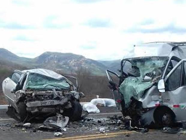 motorista do automóvel tentou fazer uma ultrapassagem em um caminhão quando bateu de frente com a Van.  (Foto: Polícia Militar/Divulgação)
