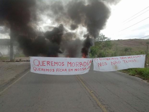 Faixas foram estendidas na rodovia pelos manisfestantes reivindicando moradia (Foto: Sílvia Torres / TV Paraíba)