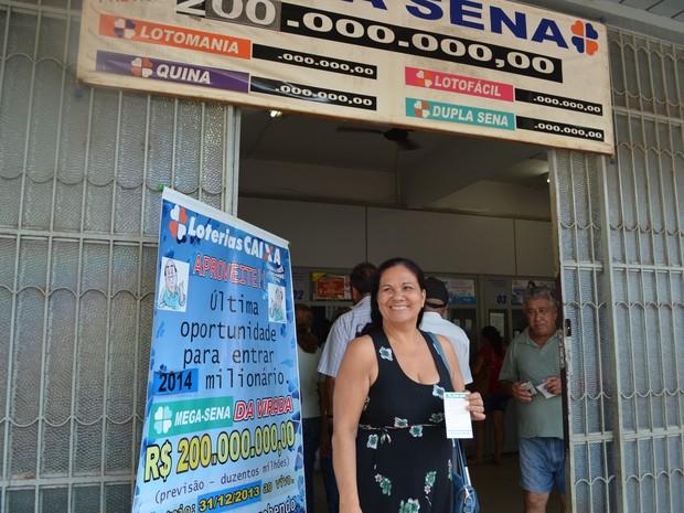 'Primeiro eu vou sumir por um bom tempo', diz bem humorada, a aposentada Terezinha Mendes, caso ganhe o prêmio (Foto: Nathacha Albuquerque/G1)