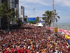 Milhares de pessoas acompanham o Camburão da Alegria, no Recife (Foto: Katherine Coutinho / G1)