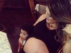 Mirella Santos mostra barrigão ao lado do filho de Dentinho