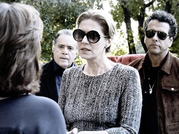 Angela precisa lidar com o temperamento explosivo da esposa de Braga (Foto: O Rebu / TV Globo)