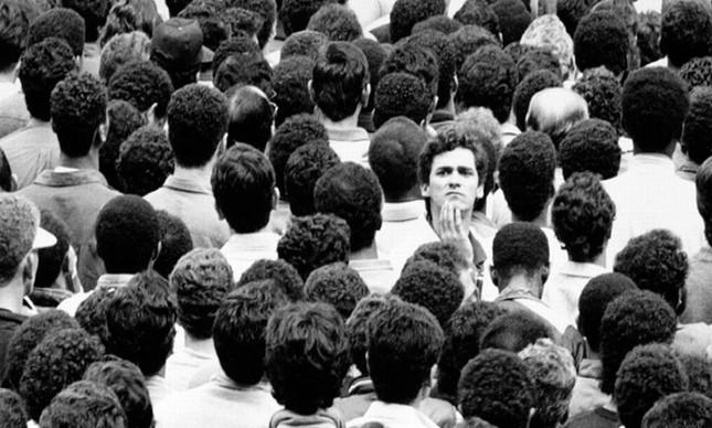 Sozinho na multidão (Foto: Arquivo Google)