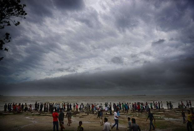 Moradores se reúnem na costa de Bangladesh antes da chegada de ciclone nesta quinta-feira (16) (Foto: Munir Uz Zaman/AFP)
