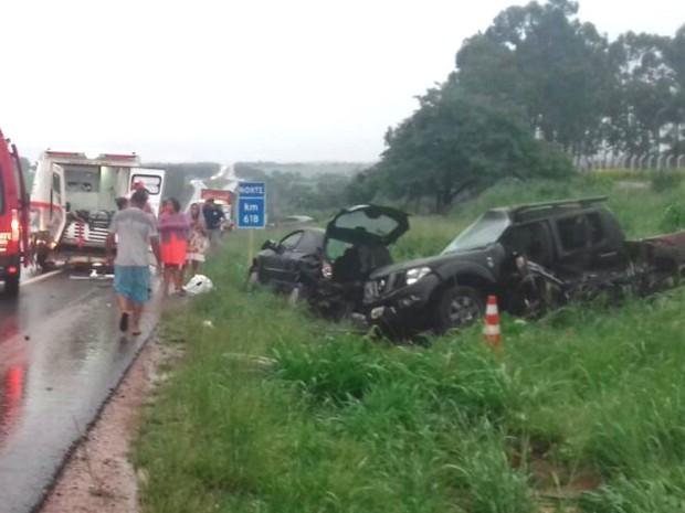 Caminhonete bate contra carro de resgate e veículo que tinha saído da pista na BR-153, em Morrinhos, Goiás (Foto: Divulgação/ Corpo de Bombeiros)