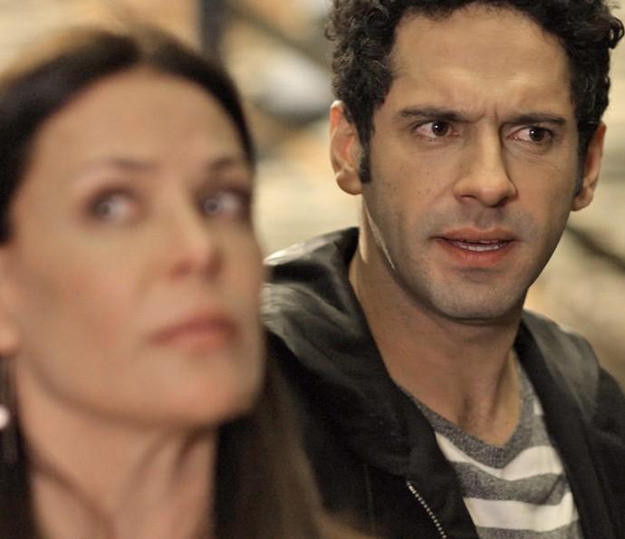 Beto estranha ao ver Penélope e Henrique juntos: 'Vocês se conhecem?' (Foto: TV Globo)