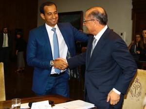 Paulo Alexandre Barbosa e Geraldo Alckimin selaram acordo (Foto: Raimundo Rosa / Prefeitura de Santos)