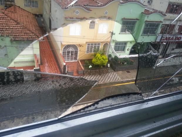 Chuva de granizo quebrou janela de casa em Barra Mansa, RJ (Foto: Lara Gilly/Arquivo Pessoal)
