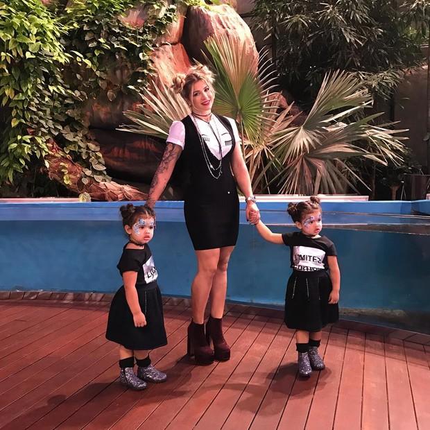 Dani Souza com as filhas gêmeas (Foto: Reprodução/Instagram)