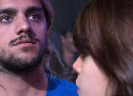 Caíque vê Rudá beijar Leon