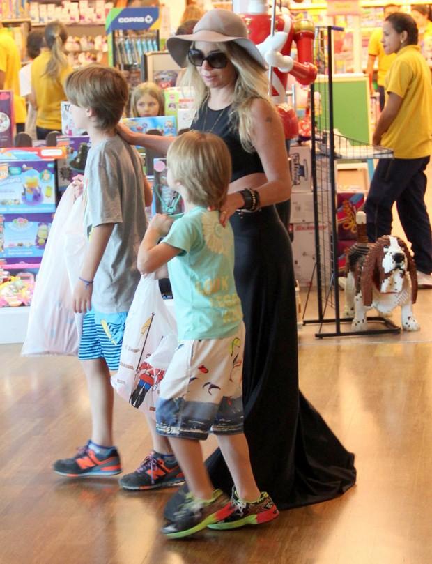 Danielle Winits e os filhos (Foto: Denilson Santos/AgNews)