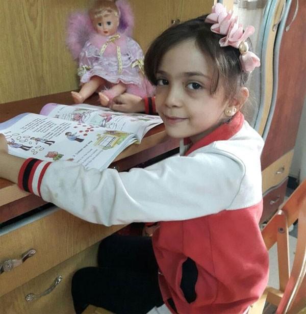 Bana Alabed, de 7 anos, compartilha relatos do dia a dia em uma cidade tomada pela guerra (Foto: Reprodução Twitter)