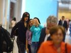 Claudia Raia posa com fãs em aeroporto no Rio