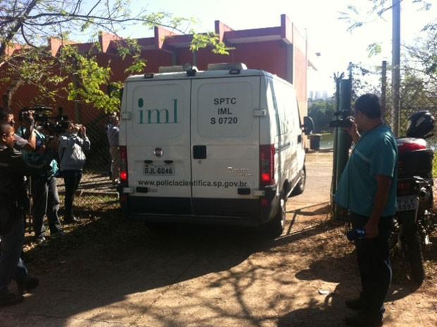 Veículo do IML chega pela manhã às proximidades da raia olímpica (Foto: Kleber Tomaz/G1)