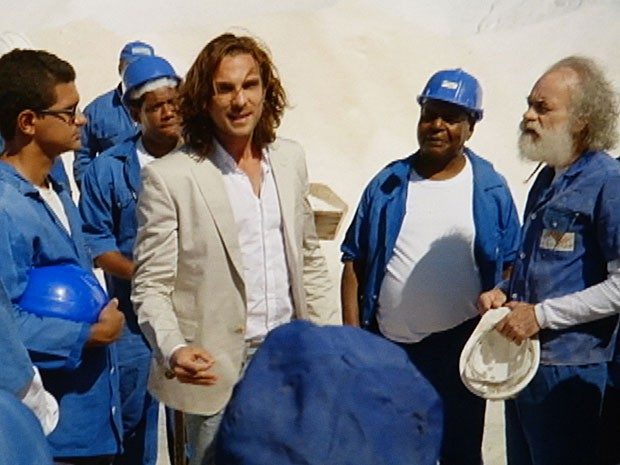Alberto negocia com os salineiros (Foto: Flor do Caribe / TV Globo)
