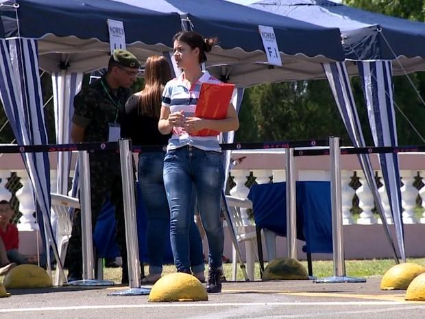 Candidata chega para prova na Escola de Cadetes, em Campinas (Foto: Reprodução / EPTV)