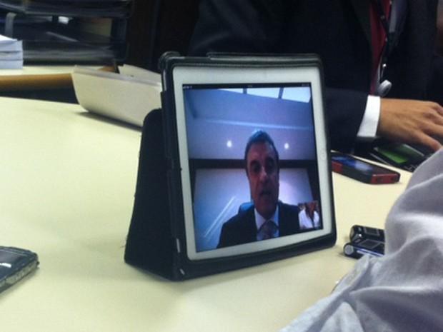 Jornalista acompanha por meio de um tablet, no Ministério da Justiça, a entrevista do ministro José Eduardo Cardozo, a partir de Lima (Peru) (Foto: Nathalia Passarinho / G1)