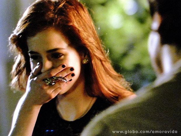 Natasha não segura o riso e humilha Thales (Foto: Amor à Vida / TV Globo)