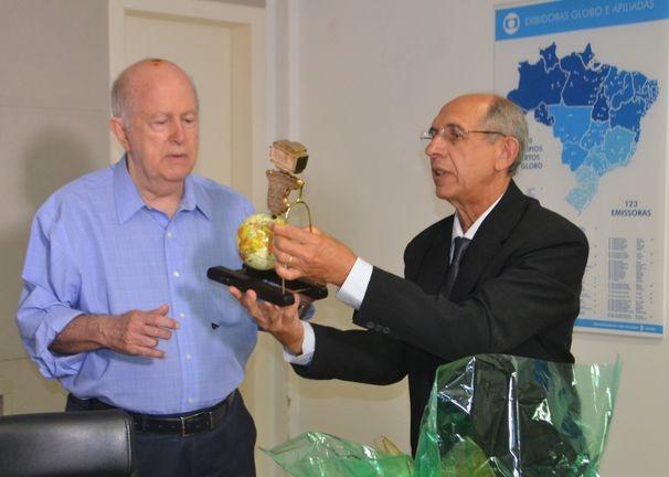 Albano Franco, diretor-presidente da TV Sergipe, recebe homenagem de Nabor Alves, ex-acionista (Foto: Divulgação / TV Sergipe)