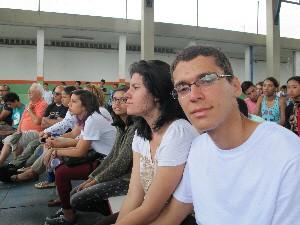 Ao lado da namorada, o estudante acompanhou atento a palestra (Foto: Orion Pires/G1 Santos)