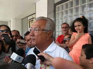 Governador de Sergipe Jackson Barreto (PMDB) vota em Aracaju (Foto: Flávio Antunes / G1)
