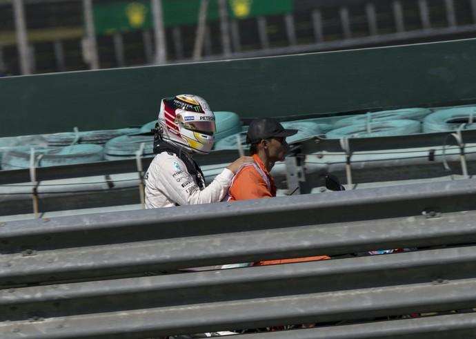 Lewis Hamilton voltou aos boxes de carona após sua Mercedes quebrar no 1º treino livre do GP da Malásia (Foto: AP)