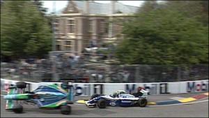 Michael Schumacher bate em Damon Hill na decisão de 1994 (Foto: Reprodução)