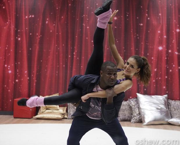 Paloma bernardi se arrisca em coreografia (Foto: Pedro Curi/ TV Globo)
