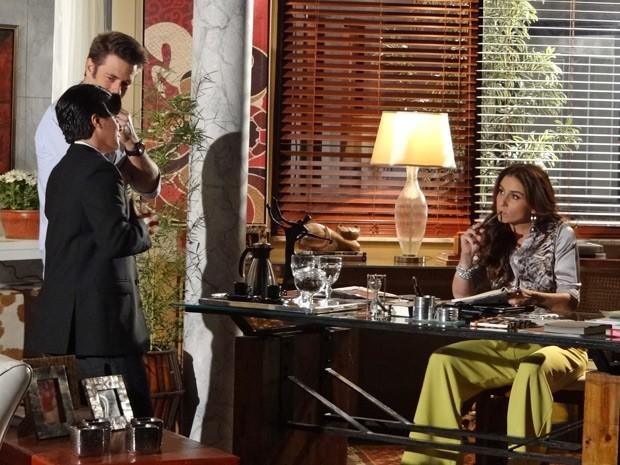 Helô faz perguntas a Jo sobre sua nova identidade (Foto: Salve Jorge/TV Globo)