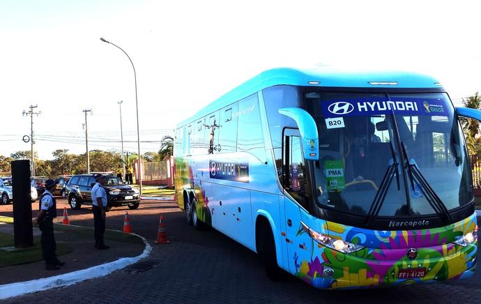 Ônibus da Nigéria chegando no hotel (Foto: Diego Rodrigues)