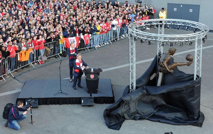 estatua do Bergkamp no Emirates Stadium, do Arsenal (Foto: Getty Images)