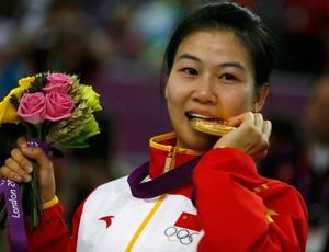 Yi Siling china medalha de ouro na carabina 10 m (Foto: Agência Reuters)