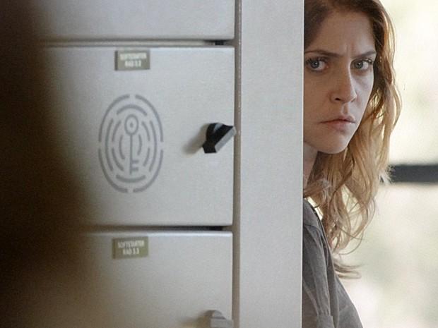 Paulinha observa Lili (Foto: Além do Horizonte/TV Globo)
