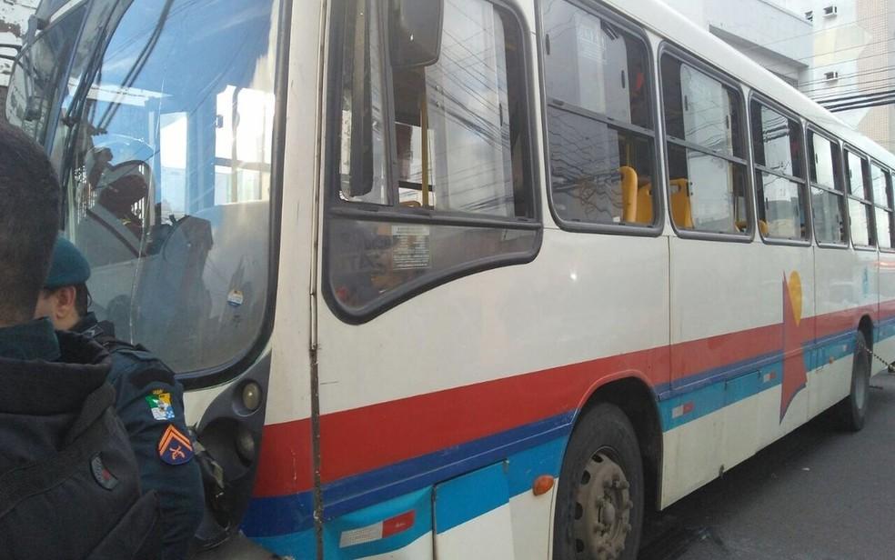 Ônibus que bateu no carro em que estava a cantora (Foto: Ana Fontes/TV Sergipe)