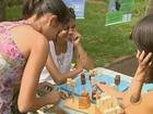Estudantes usam jogos, brincadeiras  e diversão para ensinar matemática