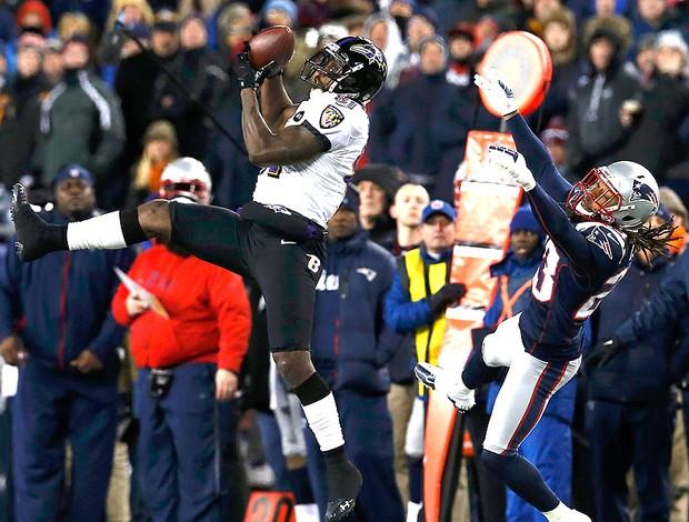 Anquan Boldin faz a recepção pelo Baltimore no jogo da NFL contra o New England (Foto: Reuters)