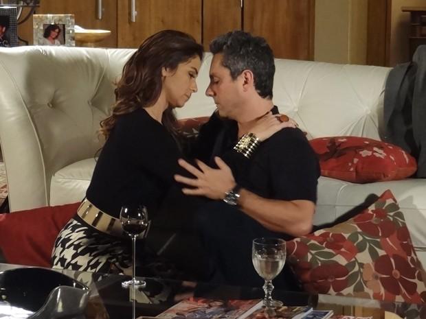 Não resistiram e se beijaram  (Foto: Salve Jorge/TV Globo)