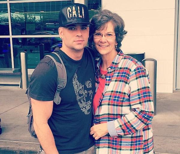 O ator Mark Salling (1982-2018) com a mãe (Foto: Twitter)