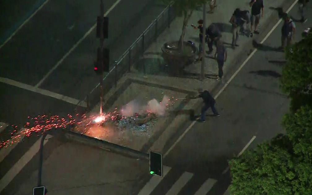 Homem acende rojão na direção da Guarda Municipal (Foto: Reprodução/Globonews)