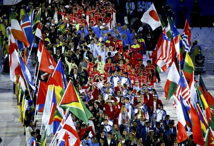 Os atletas entram na mesma ordem da cerimônia de encerramento (Foto: Reuters)