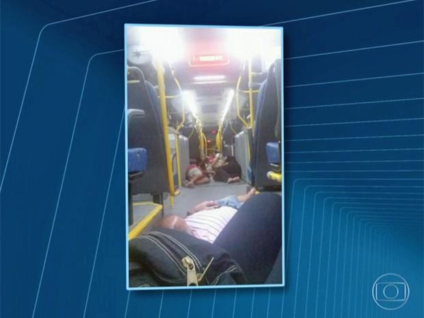 Passageiros se jogaram no chão do BRT para tentar proteção (Foto: Reprodução / Globo)