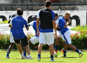 Sandro Manoel Pingo briga Santa Cruz (Foto: Aldo Carneiro / Pernambuco Press)