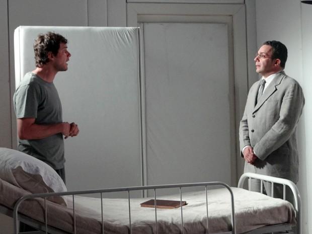 De início, o médico não gosta da ideia e se recusa a aceitar pacto (Foto: Hellen Couto/Gshow)