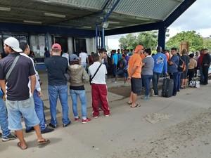 Venezuelanos aguardam atendimento no posto de fiscalização da Polícia Federal, em Pacaraima (Foto: Emily Costa/ G1 RR)
