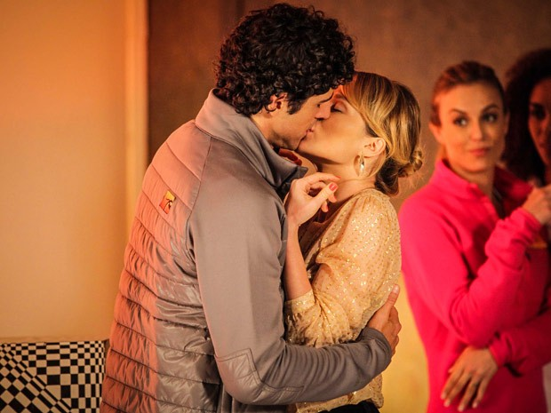 Juliana não resiste e se entrega ao beijo de Nando (Foto: Guerra dos Sexos / TV Globo)
