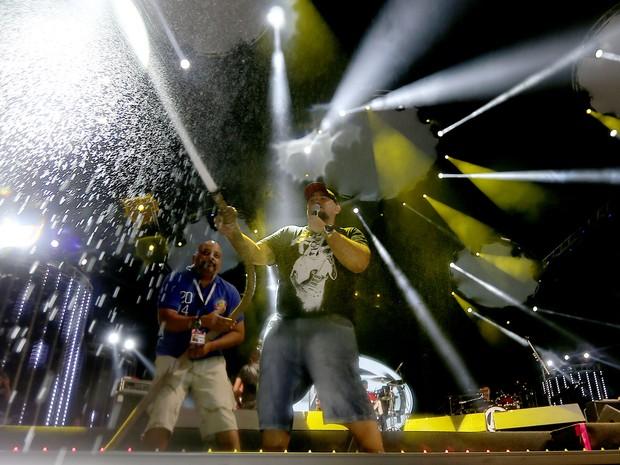 Digão, vocalista do Raimundos, joga água no público do Planeta Atlântida (Foto: Jeffersom Bernardes/Agência Preview)