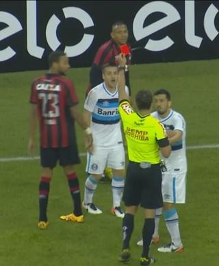 Atlético-PR x Grêmio, Arena da Baixada, Brasileirão, Ramiro, cartão vermelho (Foto: Reprodução / Premiere)