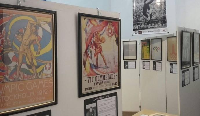 Entre as peças expostas, o acervo conta com cartazes de todas as edições dos Jogos (Foto: Georgino Jorge de Souza Neto/Arquivo pessoal)