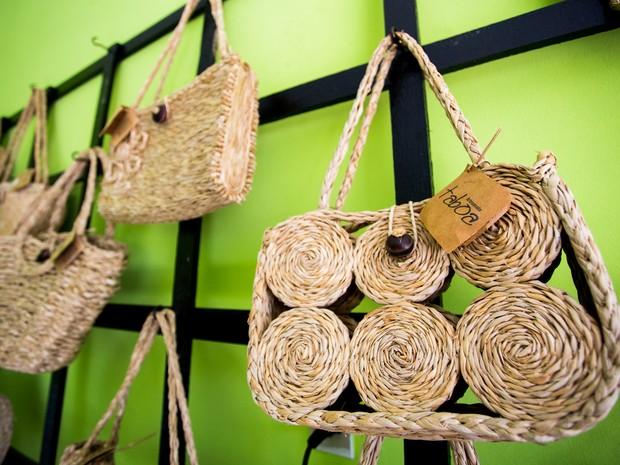 8affb85c4 Bolsas, carteira e tantos outros acessórios são feitos com a palha da  taboa, planta